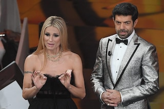 Sanremo 2018 i voti ai look della quarta serata: Favino in argento, la Hunziker è rock