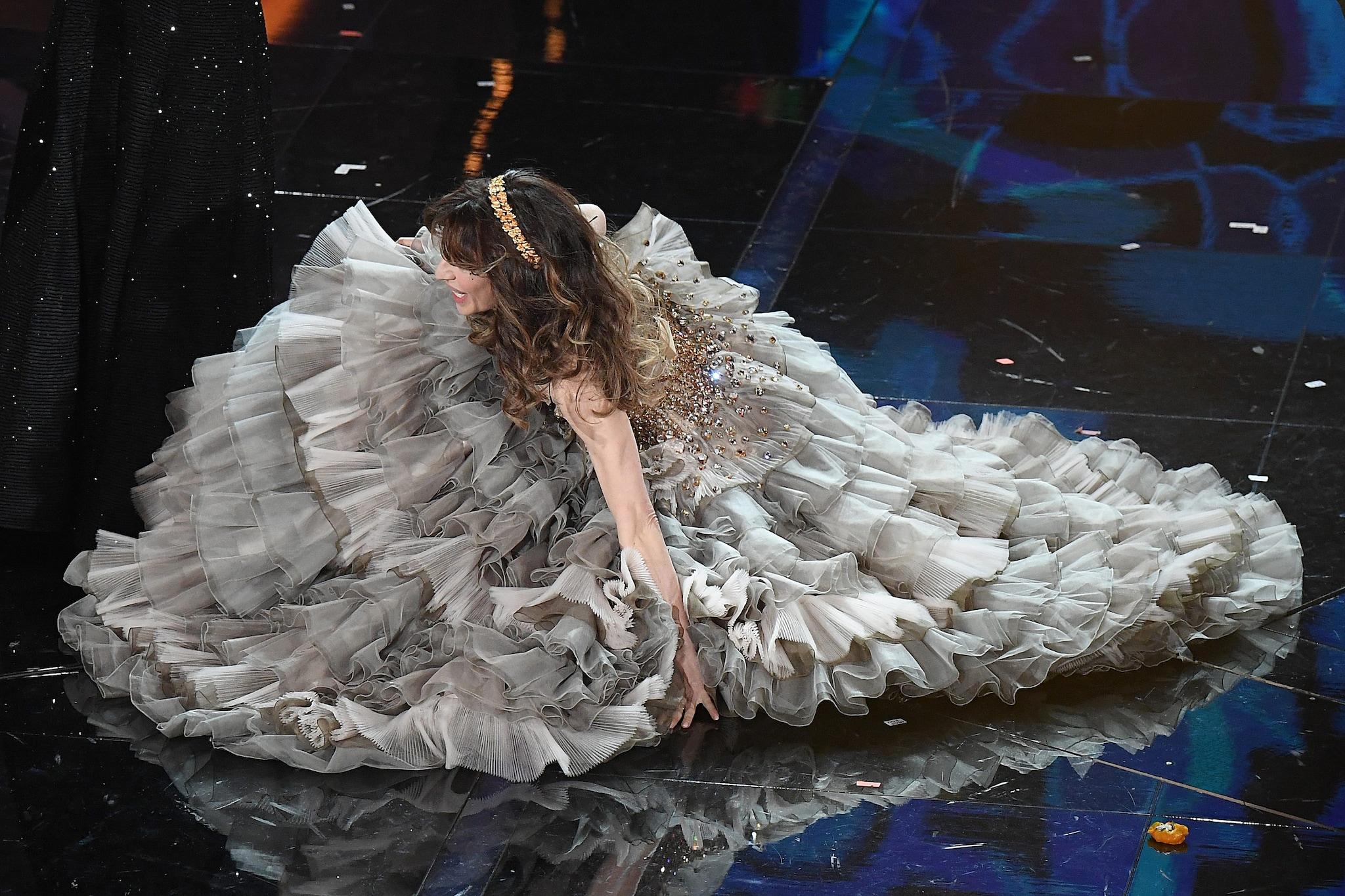 Sabrina Impacciatore sul palco della finale di Sanremo