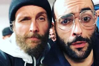 Capelli rasati, piercing e occhiali da vista: il nuovo look di Marco Mengoni