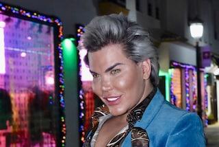 Il nuovo look di Rodrigo Alves: il Ken umano passa ai capelli grigi