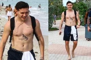 Tatuaggi in mostra e mutande in vista: Brooklyn Beckham al mare in inverno