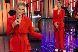 Abito-pigiama e sneakers: al DopoFestival Michelle Hunziker punta sul look casual