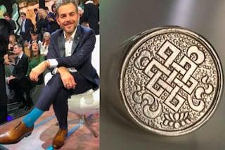 Il nodo dell'eternità su scarpe e anello: Daniele Bossari rivela il prossimo tatuaggio