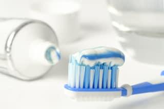 Lo spazzolino va bagnato prima o dopo aver messo il dentifricio?