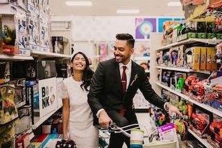 In un supermercato con gli abiti del matrimonio: l'album di nozze più originale al mondo