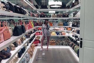 Un armadio solo per le borse: Kylie Jenner mostra la sua collezione da milioni di dollari