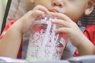 La mamma si distrae, il bimbo rovescia il tè bollente: ora ha delle terribili ustioni