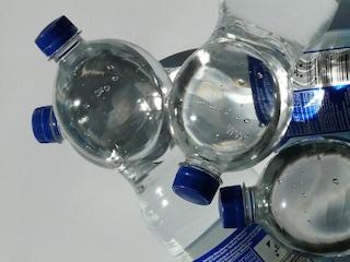 Cosa significa il numero impresso sul fondo delle bottiglie di plastica?