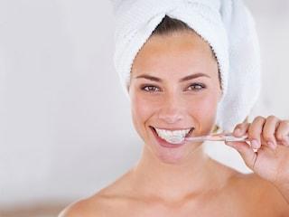 Come lavare i denti: la tecnica giusta e gli strumenti indispensabili per una bocca sana