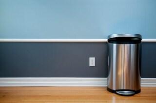 Come pulire i bidoni della spazzatura: i rimedi per igienizzare a fondo la pattumiera
