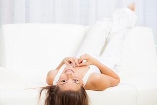 Esercizi sul divano: la ginnastica per i pigri da fare a casa