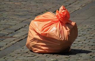 Il trucco facile e veloce per eliminare i cattivi odori dal sacco dell'immondizia