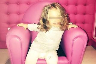 """I due anni di Isabel Totti: la figlia di Francesco e Ilary posa nel """"confessionale"""" rosa"""