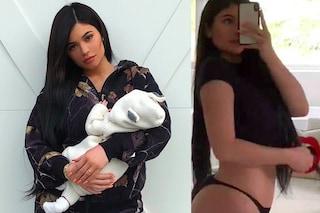 Kylie Jenner in forma a un mese dal parto: posta la prima foto con la figlia in braccio