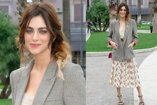 Spettinata e con la giacca maschile: Miriam Leone più glamour che mai alla prima del film