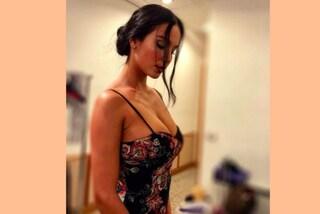 Paola Di Benedetto e la maxi scollatura: dopo l'Isola solo sexy look