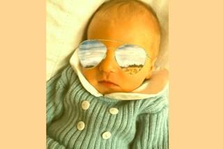A due giorni di vita Leone è già cool: il figlio della Ferragni con gli occhiali da sole