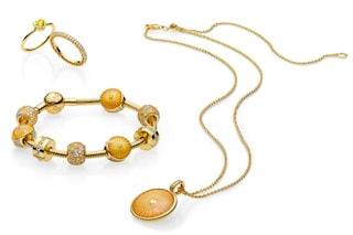 I gioielli Pandora si tingono d'oro: la nuova linea brillante di charms e anelli