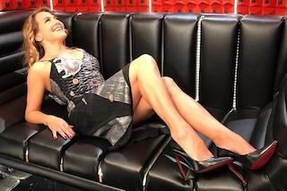 Barbara D'Urso nel nuovo confessionale del GF: tacchi a spillo e abito riciclato