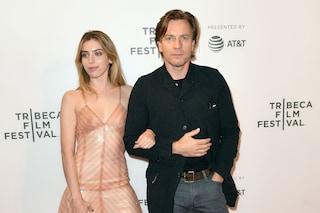 Clara, la figlia di Ewan McGregor sul red carpet col papà: rivela il seno con il nude look