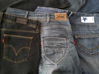 Etichetta in pelle dietro i jeans: ecco a cosa serve