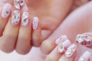 Glass nails, le unghie nude si impreziosiscono di cristalli
