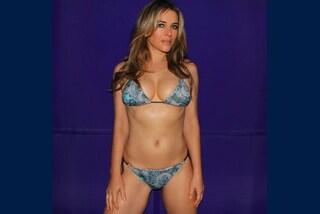 Elizabeth Hurley ancora in bikini sui social: a 52 anni incanta i fan con le forme da urlo