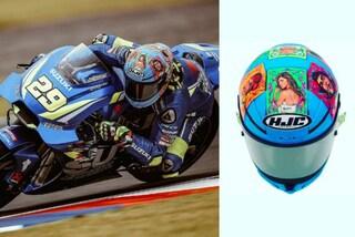 Andrea Iannone è il fidanzato perfetto: decora il nuovo casco con il dipinto di Belén