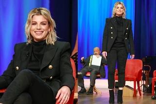 Emma Marrone con la giacca doppio petto: il look da maschiaccio al Maurizio Costanzo Show