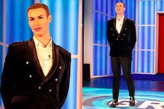 Giacca doppio petto e lucidalabbra: il look del Ken umano per l'ingresso nella casa del GF