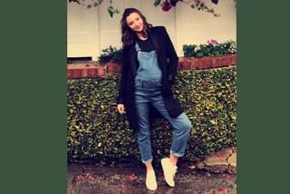 Miranda Kerr in gravidanza: la modella lancia la salopette premaman