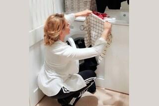Calzini e tuta, Barbara D'Urso nello scatto da perfetta casalinga