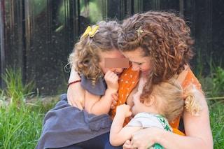 """Le figlie hanno 2 e 5 anni, lei continua ad allattarle al seno: """"Così non si ammalano"""""""