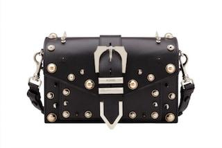 Fibbia in metallo e borchie: la nuova Buckle Bag di Versace per i Millenials