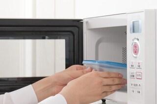 Quali contenitori usare nel microonde? Ecco quali sono i recipienti adatti