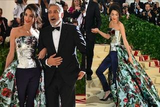 Amal Clooney rompe le regole e sfila con i pantaloni al Met Gala 2018