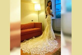 Paola Di Benedetto, lontano da Francesco Monte indossa l'abito da sposa