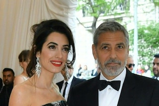 Amal Clooney con l'abito a fiori: il look estivo della moglie di George