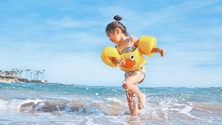 Come proteggere i bambini dal sole: i consigli per evitare scottature e irritazioni
