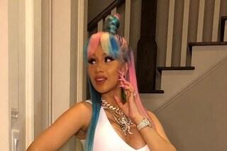 Cardi B passa ai capelli arcobaleno: così rende omaggio al Pride Month