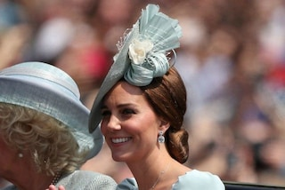 Kate Middleton corre sulle zeppe: al parco con George e Charlotte con l'abito low-cost