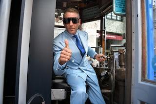 Lapo Elkann sul tram a Milano, lancia i nuovi occhiali Laps di Italia Independent
