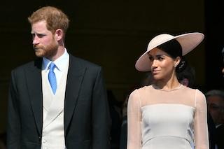 Il look di Meghan per la prima apparizione a Buckingham Palace: rispetterà l'etichetta?