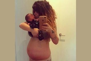 """""""Vado fiera della mia pancia"""": mostra il ventre post-parto per ispirare le neomamme"""