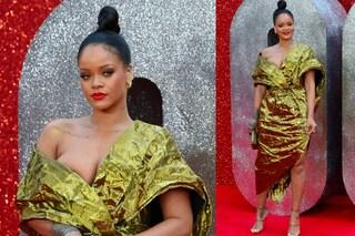 """Rihanna in oro con il maxi scollo, il web la critica: """"Sembra un cioccolatino"""""""