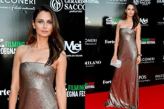 Anna Safroncik in argento sul red carpet: l'attrice incanta con bellezza ed eleganza