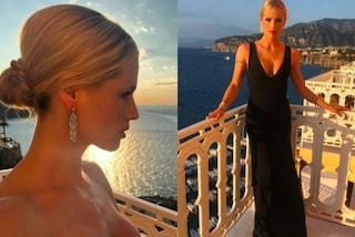 Maxi scollatura e chignon: Michelle Hunziker splendida ed elegante in costiera amalfitana