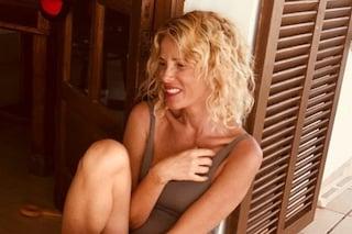 Alessia Marcuzzi cambia look per l'estate: addio capelli lisci, benvenuti ricci selvaggi