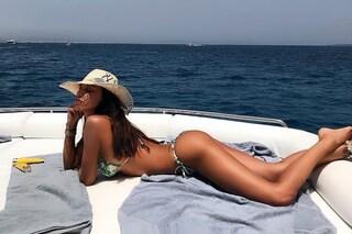 Tanga e cappello di paglia: Belén Rodriguez in vacanza è irresistibile