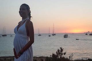 Costanza Caracciolo incinta è più bella che mai: mostra il pancione al tramonto